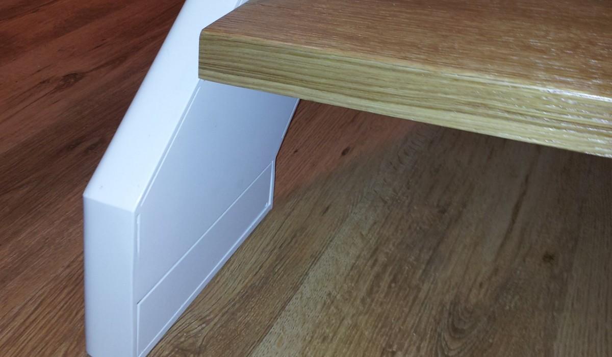 Detal schodów. Konstrukcja stalowa, stopnice dębowe.