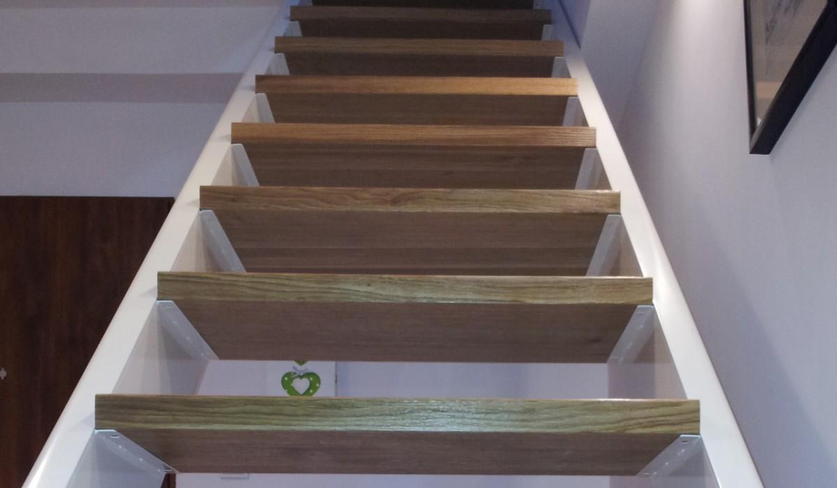 Schody w domu jednorodzinnym. Konstrukcja stalowa, stopnice dębowe.