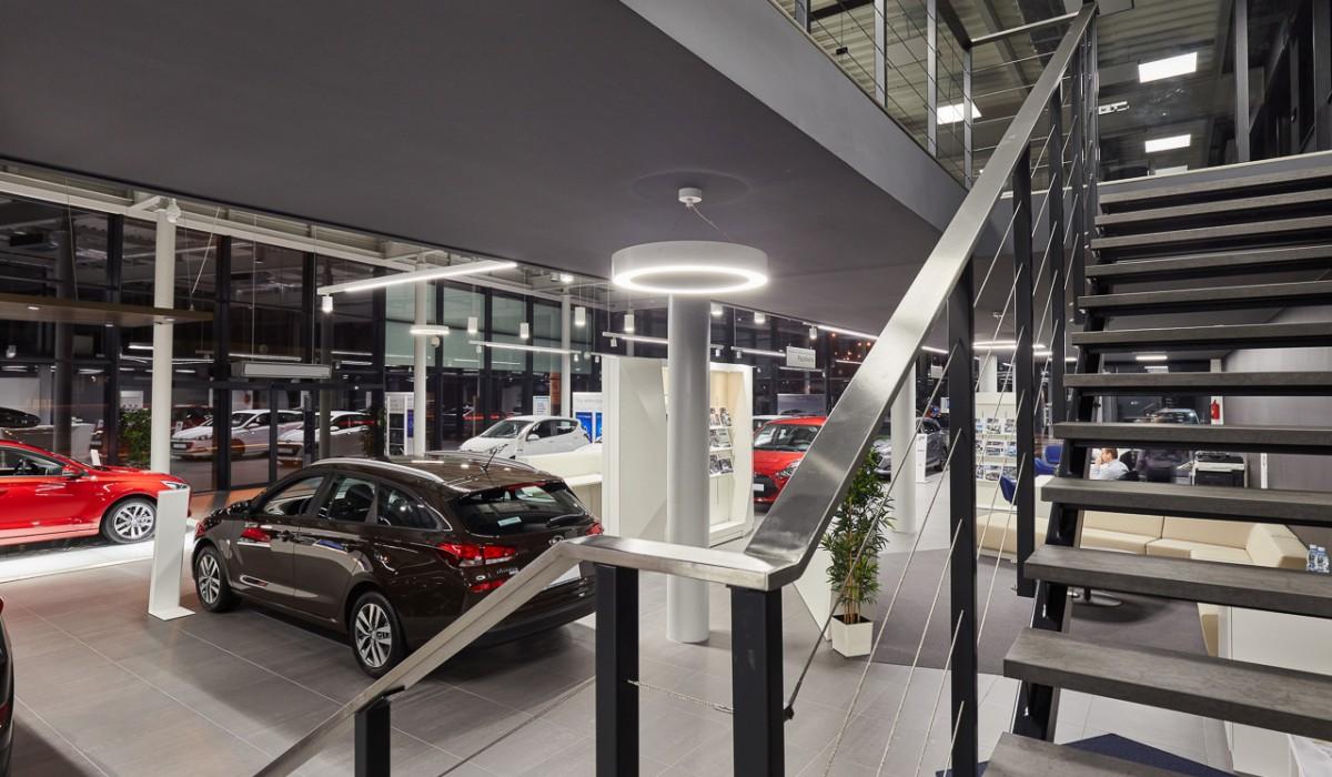 Salon samochodowy Hyundai ul. Wielicka w Krakowie. Widoczne balustrady ze stali nierdzewnej. Zdjęcia autorstwa Michał Stępnień.